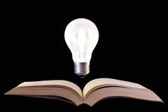 Halogeenlamp over boek Royalty-vrije Stock Foto