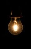 Halogen-Einsparungens-Glühlampe in der Dunkelheit Stockbild