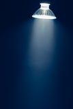 Halogenlampa med reflektorn, blått ljus i ogenomskinlighet royaltyfria foton