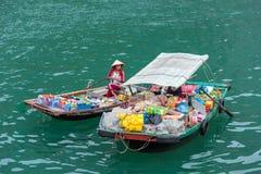 HALONG, ΒΙΕΤΝΆΜ - 16 ΔΕΚΕΜΒΡΊΟΥ 2016: Κατάστημα με τα προϊόντα στο νερό στον κόλπο Διάστημα αντιγράφων για το κείμενο Στοκ Εικόνες