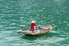 HALONG, ΒΙΕΤΝΆΜ - 16 ΔΕΚΕΜΒΡΊΟΥ 2016: Μια γυναίκα σε μια βάρκα με τα τρόφιμα Διάστημα αντιγράφων για το κείμενο Στοκ φωτογραφίες με δικαίωμα ελεύθερης χρήσης