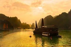 Κόλπος Halong, Βιετνάμ. Περιοχή παγκόσμιων κληρονομιών της ΟΥΝΕΣΚΟ. Στοκ Φωτογραφία
