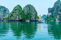 HALONG-BAAI, VIETNAM - SEPTEMBER 24, 2014 - een aardig toeristenschip die in de Baai crusing Stock Afbeeldingen