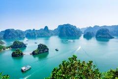 HALONG-BAAI, VIETNAM - SEPTEMBER 24, 2014 - een Deel van de Baai van een bergpiek die wordt bekeken Stock Foto's