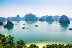 HALONG-BAAI, VIETNAM - SEPTEMBER 24, 2014 - Grote mening van de Baai van een bergpiek Royalty-vrije Stock Afbeeldingen