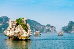 HALONG-BAAI, VIETNAM - SEPTEMBER 24, 2014 - Schepen die binnen de Baai op een aardige dag kruisen Stock Foto's
