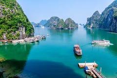 HALONG-BAAI, VIETNAM - SEPTEMBER 24, 2014 - Toeristenschepen die op reizigers binnen de Baai wachten Royalty-vrije Stock Afbeeldingen