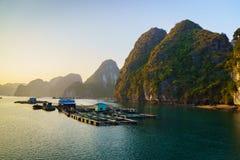 Halong-Bucht bei Sonnenuntergang, Vietnam, mit Kalksteinhügeln Lizenzfreie Stockfotografie