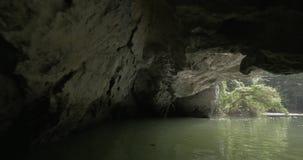 In Halong-Bucht in Hanoi, in Vietnam von der Erstperson in Boot gesehenem Fluss und in Grotte stock footage
