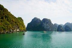 Halong-Bucht, Vietnam, mit Kalksteinhügeln Lizenzfreie Stockfotos