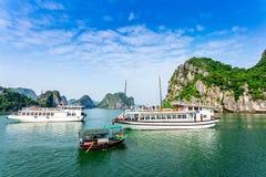 HALONG-de BAAI, VIETNAM - SEPTEMBER 24, 2014 - verscheept het reizen binnen de Baai op een aardige dag Stock Afbeeldingen