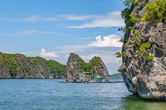 Halong fjärd i sommar, norr Vietnam royaltyfria foton