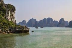 Halong fjärd i Vietnam Fotografering för Bildbyråer