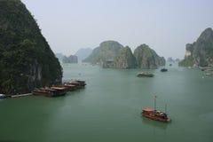 Halong fjärd, Vietnam Arkivfoton