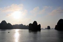 Halong fjärd - Vietnam Asien fotografering för bildbyråer