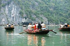 HALONG-FJÄRD, VIETNAM - JANUARI 9, 2014: Den HaLong fjärden är en UNESCOvärldsarv och en populär loppdestination i Qung pro-Ninh Royaltyfria Foton