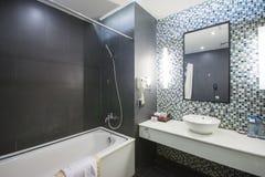 Halong stad, Vietnam mars 12:: modernt badrum i hotell på Halong Fotografering för Bildbyråer