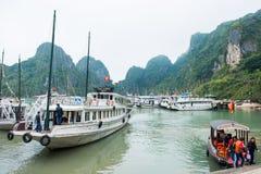 Halong stad, Vietnam mars 13:: pir på den Halong fjärden på mars 13, 20 Royaltyfri Bild