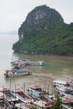 Halong stad, Vietnam mars 13:: pir på den Halong fjärden på mars 13, 20 Arkivbilder