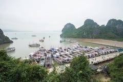 Halong stad, Vietnam mars 13:: pir på den Halong fjärden på mars 13, 20 Royaltyfri Fotografi