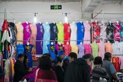 Halong stad, Vietnam mars 12:: Souvenir shoppar på den Halong staden på mor Arkivbilder