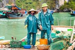 HALONG, VIETNAM - 16 DICEMBRE 2016: Pescatori nel pesce di vendita della baia Copi lo spazio per testo fotografia stock libera da diritti