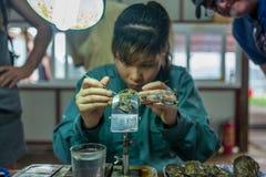 Halong zatoka, Kwiecień 27, 2018: Pracownik wykonuje perełkową implantację ostryga przy perły gospodarstwem rolnym w Halong zatoc Zdjęcia Stock