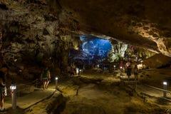 Halong zatoka Wietnam, Kwiecień, - 26, 2018: Turyści badają zrozumienie Śpiewającą jamę w Halong zatoce Obrazy Stock