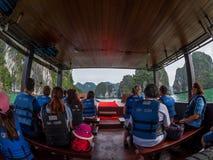 Halong zatoka Wietnam, Kwiecień, - 26, 2018: Turyści w życie kamizelkach badają Halong zatoki Obraz Royalty Free