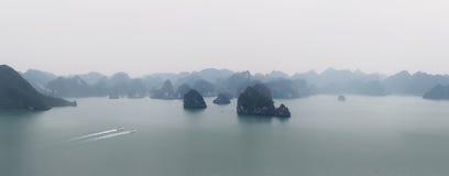 Halong zatoki Wietnam panorama Panoramiczny widok brzęczenia Tęsk podpalany morze Fotografia Stock
