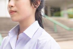 Hals och kroppsdelar av den asiatiska thailändska höga skolflickastudenten Fotografering för Bildbyråer