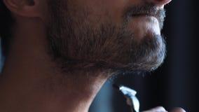 Hals-Rasur ohne Sahneschnittfläche auf den Haut Gefühlsschmerz stock video footage