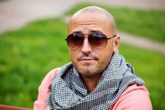 Hals-Taschentuchstillstehen des hübschen mutigen Mannes tragendes Lizenzfreie Stockbilder