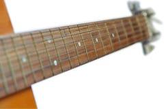 Hals van akoestische die gitaar op witte achtergrond, selectieve nadruk wordt geïsoleerd Royalty-vrije Stock Foto's
