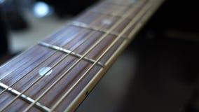 Hals van de gitaar met de beweging van de camera stock video