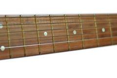 Hals van klassieke die gitaar op witte achtergrond, selectieve nadruk wordt geïsoleerd Stock Foto's