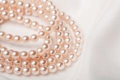 halsband över pärlemorfärg silk white Royaltyfria Foton