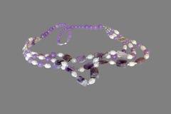 Halsband av ametist och pärlor Arkivfoto