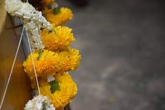 Halsband av blommor och grå bakgrund fotografering för bildbyråer
