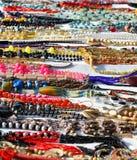 Halsband av pärlor eller wood till salu i stall på loppmarknaden Arkivbilder