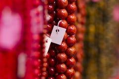 Halsband av till salu röda pärlor Royaltyfri Bild