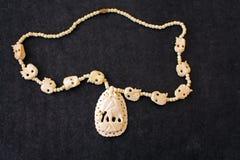 Halsband av vitt elfenben på den svarta filten royaltyfri bild