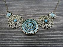 Halsband för turkosemaljtappning royaltyfri bild