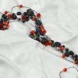 Halsband f?r kvinna` som s isoleras p? vit bakgrund Stycke av smycken fotografering för bildbyråer