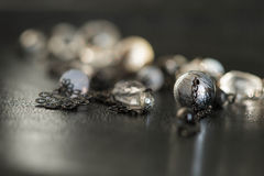 Halsband från en metall och glass pärlor Arkivbild