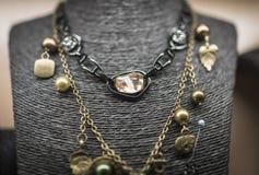 Halsband med ädelstenen på skyltdockan Royaltyfri Fotografi