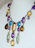 Halsband med den kulöra dyrbara juveln Arkivbild
