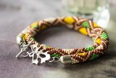 Halsband med en geometrisk modell på en textilbakgrund royaltyfria foton