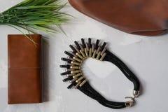 Halsband med handväskan fotografering för bildbyråer