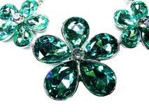 Halsband med ljusa kristaller smycken och örhängen fotografering för bildbyråer